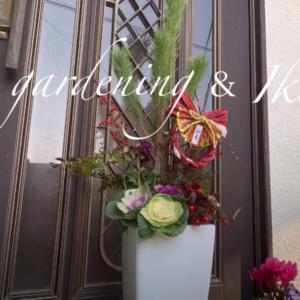 お正月の玄関を飾るお花と白い植木鉢